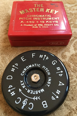 how to use a pitch pipe to tune a guitar